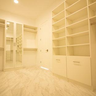 フェニックスの広い男女兼用コンテンポラリースタイルのおしゃれなウォークインクローゼット (フラットパネル扉のキャビネット、白いキャビネット、大理石の床、グレーの床) の写真