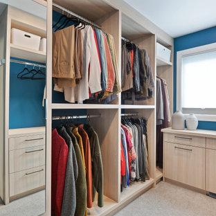 Foto di una piccola cabina armadio unisex design con ante lisce, ante in legno chiaro, moquette e pavimento grigio