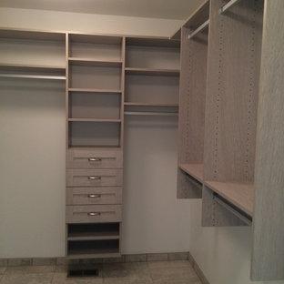Immagine di una cabina armadio unisex tradizionale di medie dimensioni con ante in stile shaker, ante in legno chiaro e pavimento con piastrelle in ceramica