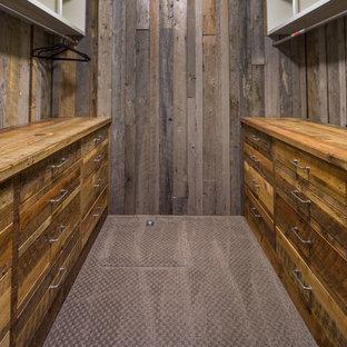 Idéer för att renovera ett mellanstort rustikt walk-in-closet för könsneutrala, med släta luckor, skåp i slitet trä och heltäckningsmatta