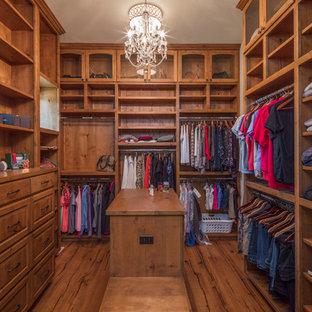 Foto de armario vestidor de mujer, mediterráneo, grande, con armarios con paneles con relieve, puertas de armario de madera clara y suelo de madera clara
