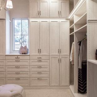 Ejemplo de armario vestidor de mujer, tradicional renovado, con armarios estilo shaker, puertas de armario de madera clara, moqueta y suelo beige