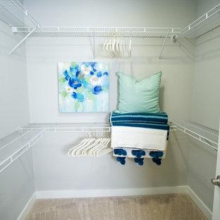 Imagen de armario vestidor unisex, de estilo americano, de tamaño medio, con moqueta y suelo gris