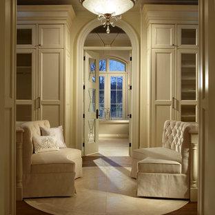 Idee per un grande spazio per vestirsi unisex tradizionale con ante bianche, pavimento in legno massello medio e ante con riquadro incassato