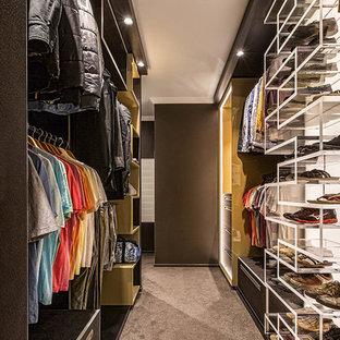 Foto de armario vestidor de hombre, actual, con armarios abiertos, moqueta y suelo gris