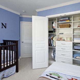 Immagine di un armadio o armadio a muro per uomo tradizionale di medie dimensioni con ante con bugna sagomata, ante bianche, moquette e pavimento beige