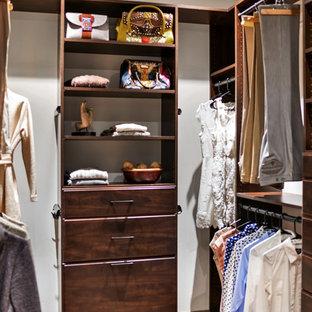 Foto de armario vestidor de mujer, rústico, de tamaño medio, con armarios con paneles lisos, puertas de armario de madera oscura, suelo de madera en tonos medios y suelo marrón