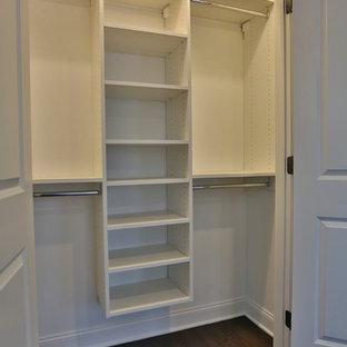 Kleines, EIngebautes, Neutrales Klassisches Ankleidezimmer mit offenen Schränken, weißen Schränken, braunem Boden und dunklem Holzboden in New York