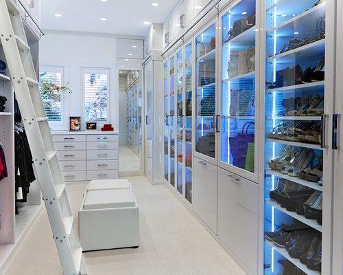 Schon Geräumiges, Neutrales Modernes Ankleidezimmer Mit Ankleidebereich, Weißen  Schränken, Glasfronten, Teppichboden Und Beigem