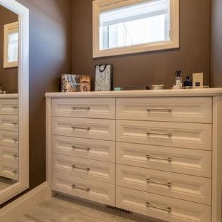 Diseño de armario vestidor unisex, bohemio, grande, con suelo de baldosas de cerámica, suelo gris y puertas de armario blancas