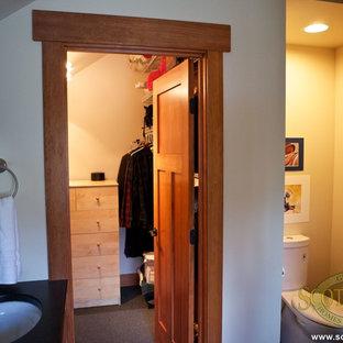Ejemplo de armario vestidor de estilo de casa de campo de tamaño medio