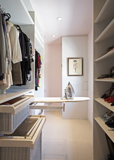 Modern Ankleidezimmer by Lisa Adams, LA Closet Design