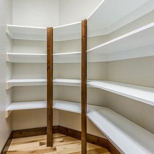 Esempio di una cabina armadio unisex american style di medie dimensioni con nessun'anta, ante bianche, parquet chiaro e pavimento marrone