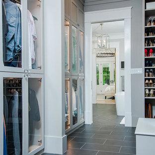 Geräumiges, Neutrales Landhaus Ankleidezimmer mit Ankleidebereich, Glasfronten, grauen Schränken und Schieferboden in Raleigh