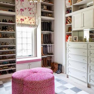 Foto di uno spazio per vestirsi per donna classico di medie dimensioni con ante lisce, ante grigie e parquet chiaro