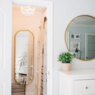 Esempio di una piccola cabina armadio per donna boho chic con nessun'anta, ante bianche, pavimento in legno massello medio e pavimento marrone