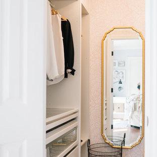 Inspiration för små eklektiska walk-in-closets för kvinnor, med öppna hyllor, vita skåp, mellanmörkt trägolv och brunt golv