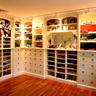 Exempel på ett klassiskt walk-in-closet, med vita skåp