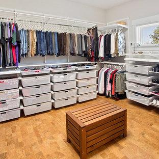 Modelo de vestidor unisex, actual, de tamaño medio, con armarios abiertos y suelo de corcho