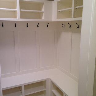 Immagine di una grande cabina armadio chic con nessun'anta, ante bianche e pavimento con piastrelle in ceramica