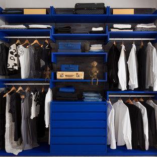Inspiration för moderna klädskåp för könsneutrala, med öppna hyllor och blå skåp