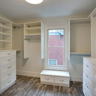 Свежая идея для дизайна: гардеробная комната среднего размера, унисекс в стиле современная классика с фасадами в стиле шейкер, белыми фасадами и ковровым покрытием - отличное фото интерьера