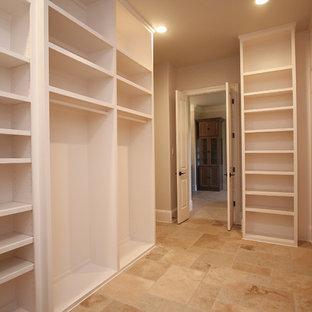 Diseño de armario vestidor unisex, mediterráneo, grande, con armarios con paneles lisos, puertas de armario blancas, suelo de travertino y suelo beige