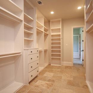 Modelo de armario vestidor unisex, contemporáneo, grande, con armarios con paneles lisos, puertas de armario blancas, suelo de travertino y suelo beige
