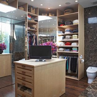 Imagen de vestidor actual con armarios abiertos y puertas de armario de madera clara
