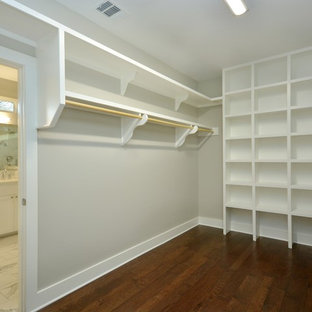 Foto de armario vestidor unisex, de estilo americano, grande, con puertas de armario blancas y suelo de madera oscura