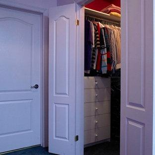 Esempio di una cabina armadio unisex tradizionale di medie dimensioni con ante lisce, ante bianche e moquette