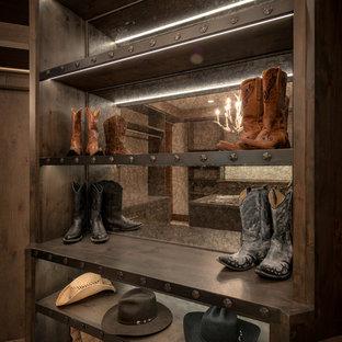 Modelo de armario vestidor unisex, rural, de tamaño medio, con armarios abiertos, puertas de armario de madera oscura, moqueta y suelo beige