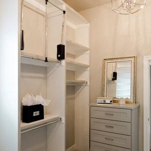 Inspiration för ett stort maritimt walk-in-closet för könsneutrala, med skåp i shakerstil, heltäckningsmatta och beiget golv