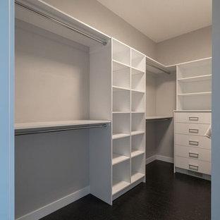 Ispirazione per una cabina armadio unisex american style di medie dimensioni con ante lisce, ante bianche e pavimento nero