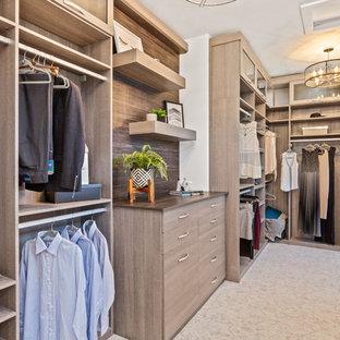 Foto de armario vestidor unisex, de estilo de casa de campo, extra grande, con armarios con paneles lisos, puertas de armario de madera oscura, moqueta y suelo beige
