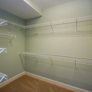 Immagine di una grande cabina armadio unisex design con moquette