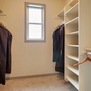 На фото: гардеробная комната среднего размера, унисекс в стиле современная классика с серыми фасадами и ковровым покрытием
