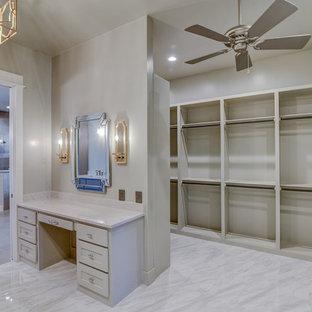 Großes, Neutrales Uriges Ankleidezimmer mit Ankleidebereich, flächenbündigen Schrankfronten, grauen Schränken, Keramikboden und weißem Boden in Dallas