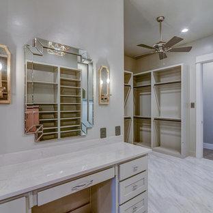 Diseño de vestidor unisex, de estilo americano, grande, con armarios con paneles lisos, puertas de armario grises, suelo de baldosas de cerámica y suelo blanco