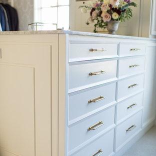 Foto de armario vestidor unisex, clásico renovado, grande, con armarios con paneles con relieve, puertas de armario blancas, moqueta y suelo blanco