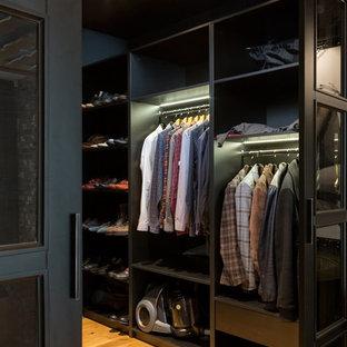 Foto de armario y vestidor de hombre, rural, de tamaño medio, con suelo de madera clara