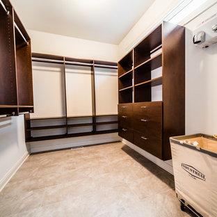 シカゴの男女兼用カントリー風おしゃれなウォークインクローゼット (オープンシェルフ、濃色木目調キャビネット、セラミックタイルの床、ベージュの床) の写真