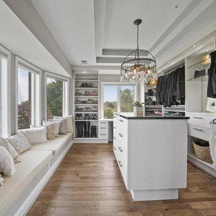 ワシントンD.C.の男女兼用トランジショナルスタイルのおしゃれな収納・クローゼット (折り上げ天井、オープンシェルフ、白いキャビネット、無垢フローリング、茶色い床) の写真