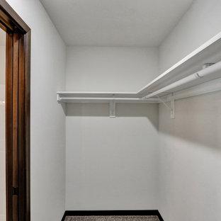 Modelo de armario vestidor unisex, rural, pequeño, con armarios abiertos, puertas de armario grises, moqueta y suelo gris