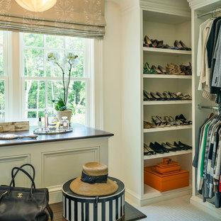 Ejemplo de armario vestidor de mujer, clásico, grande, con armarios con paneles empotrados, puertas de armario blancas y moqueta