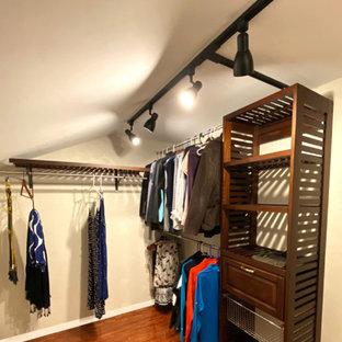 Foto de armario vestidor abovedado, campestre, pequeño, con armarios abiertos, puertas de armario de madera en tonos medios y suelo de madera oscura