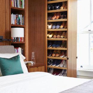 EIngebautes Modernes Ankleidezimmer mit flächenbündigen Schrankfronten und hellbraunen Holzschränken in Toronto