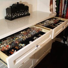 Contemporary Closet by Toronto Custom Concepts