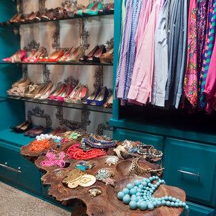 Idéer för små eklektiska omklädningsrum för kvinnor, med luckor med upphöjd panel, blå skåp och heltäckningsmatta