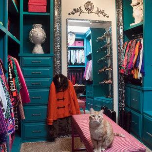 Cette image montre un petit dressing room bohème pour une femme avec des portes de placard bleues, un placard avec porte à panneau surélevé et moquette.